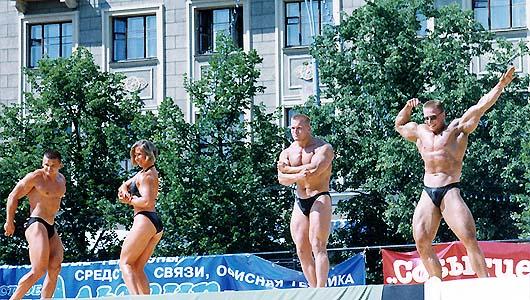 Фотографии Сергея Орлова с друзьями в Харькове на пл. Независимости, показательные выступления на Дни города
